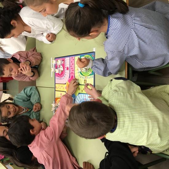 Buddies: 5 años y sexto enseñando a jugar. 15