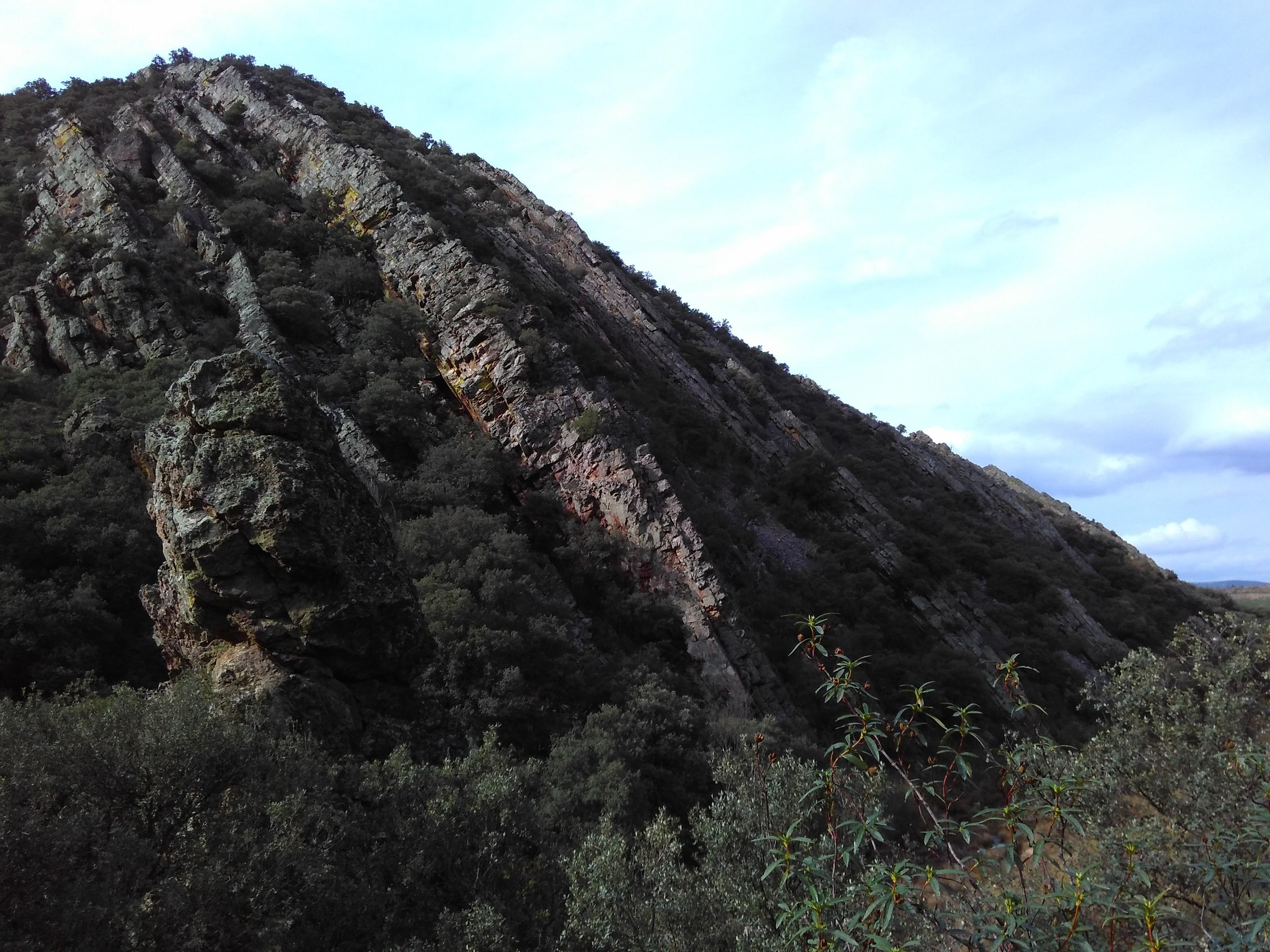 Estratos de cuarcitas armoricanas en Navas de Estena (Toledo)