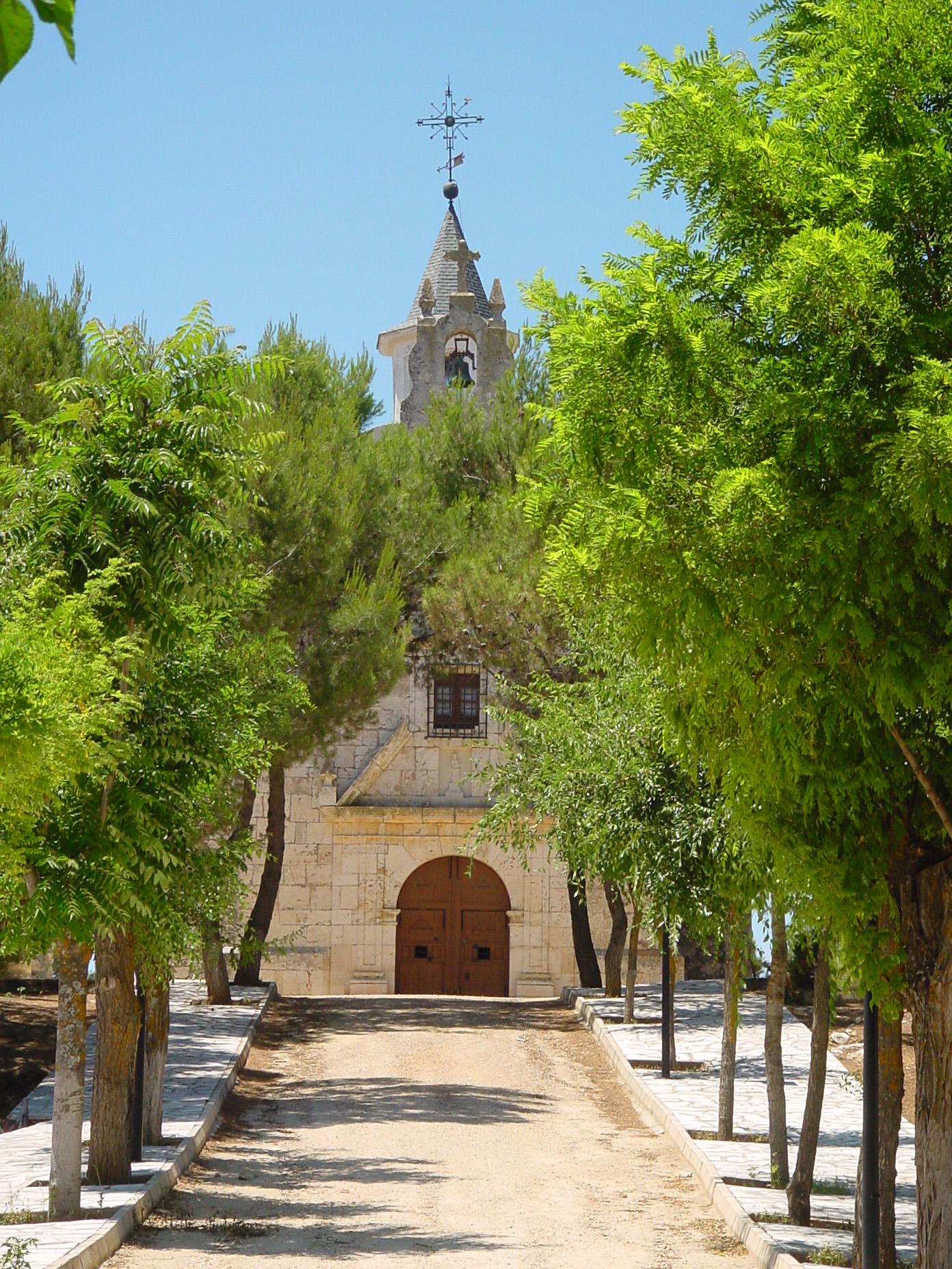 Paseo con iglesia al fondo en Pozuelo del Rey