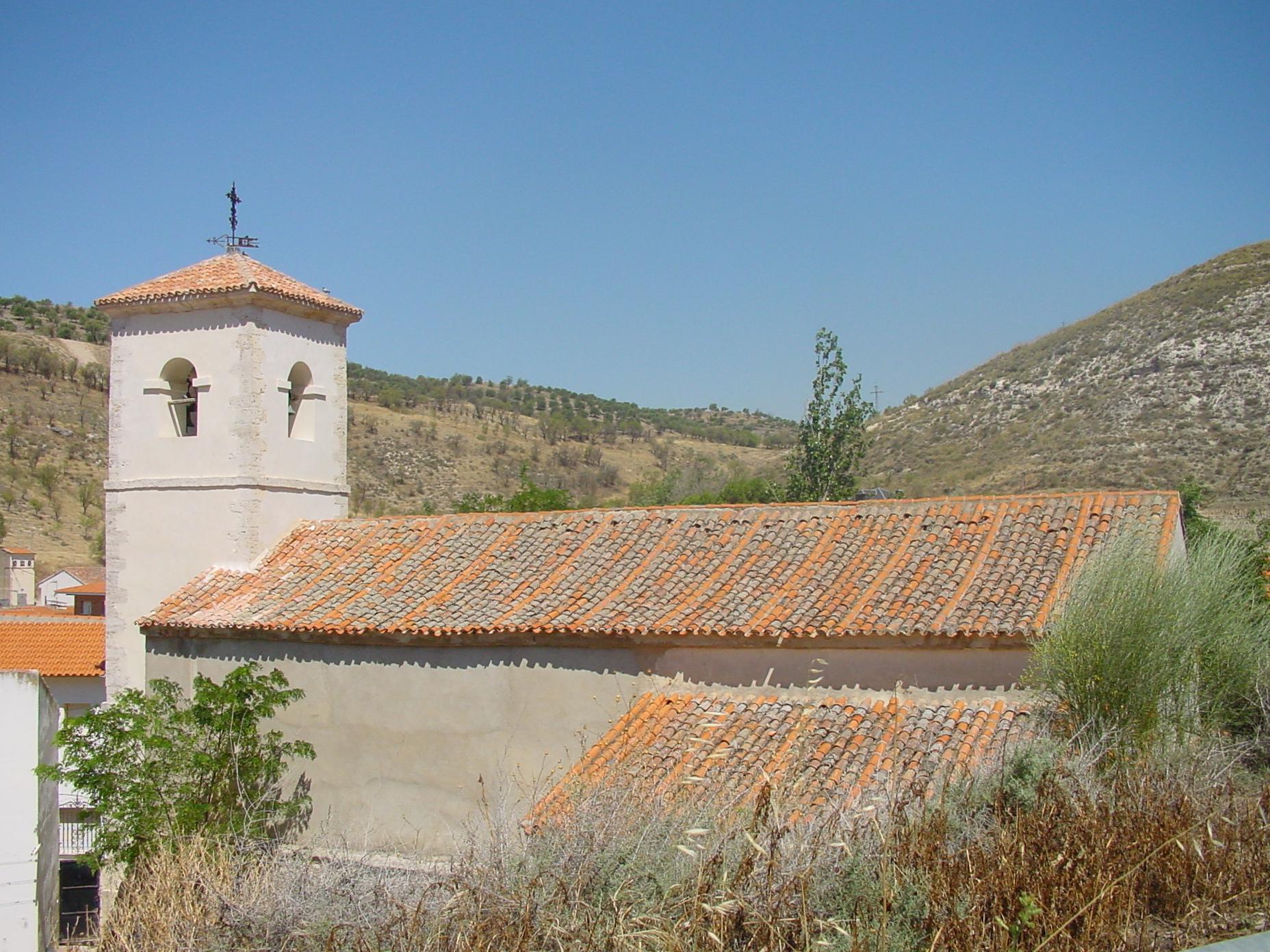 Vista lateral de iglesia en Valverde de Alcalá