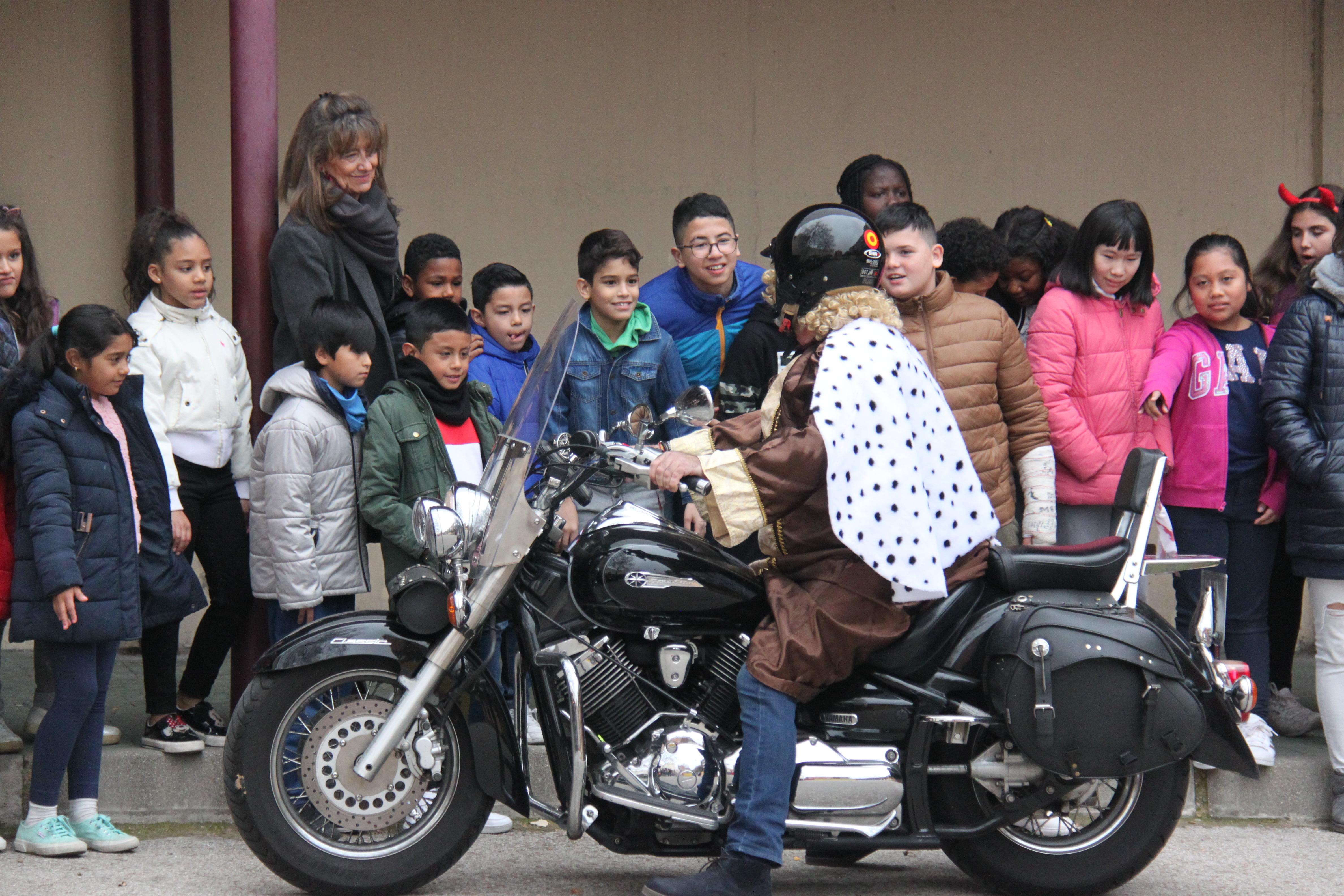 Visita de sus Majestades los Reyes Magos al colegio Luis Bello en moto 2018 12