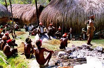 Reunión de hombres, Irian Jaya, Indonesia