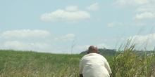 Hombre sentado en una plantación de caña de azúcar, Pernambuco,