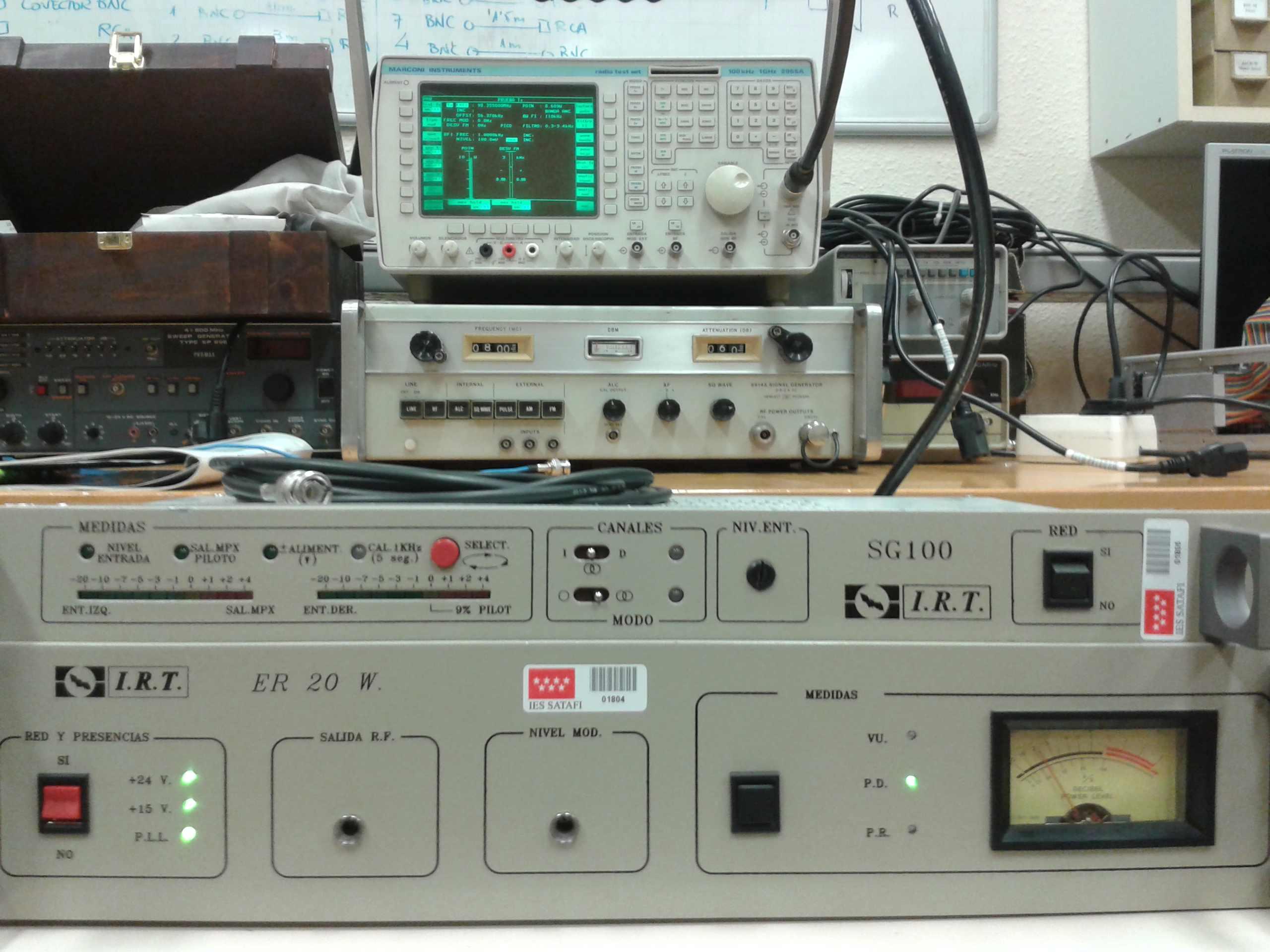 Emisora de FM comerial con modulador y medidor de RF