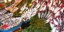 Mercado del pescado en Üsküdar, Estambul, Turquía