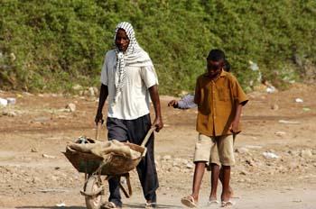 Hombre con carretilla, Rep. de Djibouti, áfrica