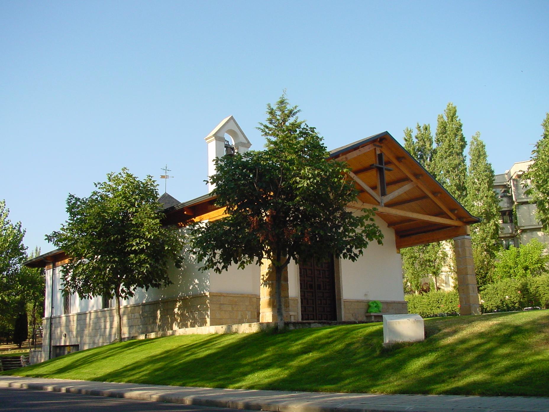 Vista lateral de iglesia en Majadahonda