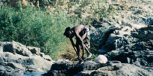 Nativo en el río, Namibia