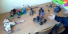 Lego, vehículos y robot perro Ollo