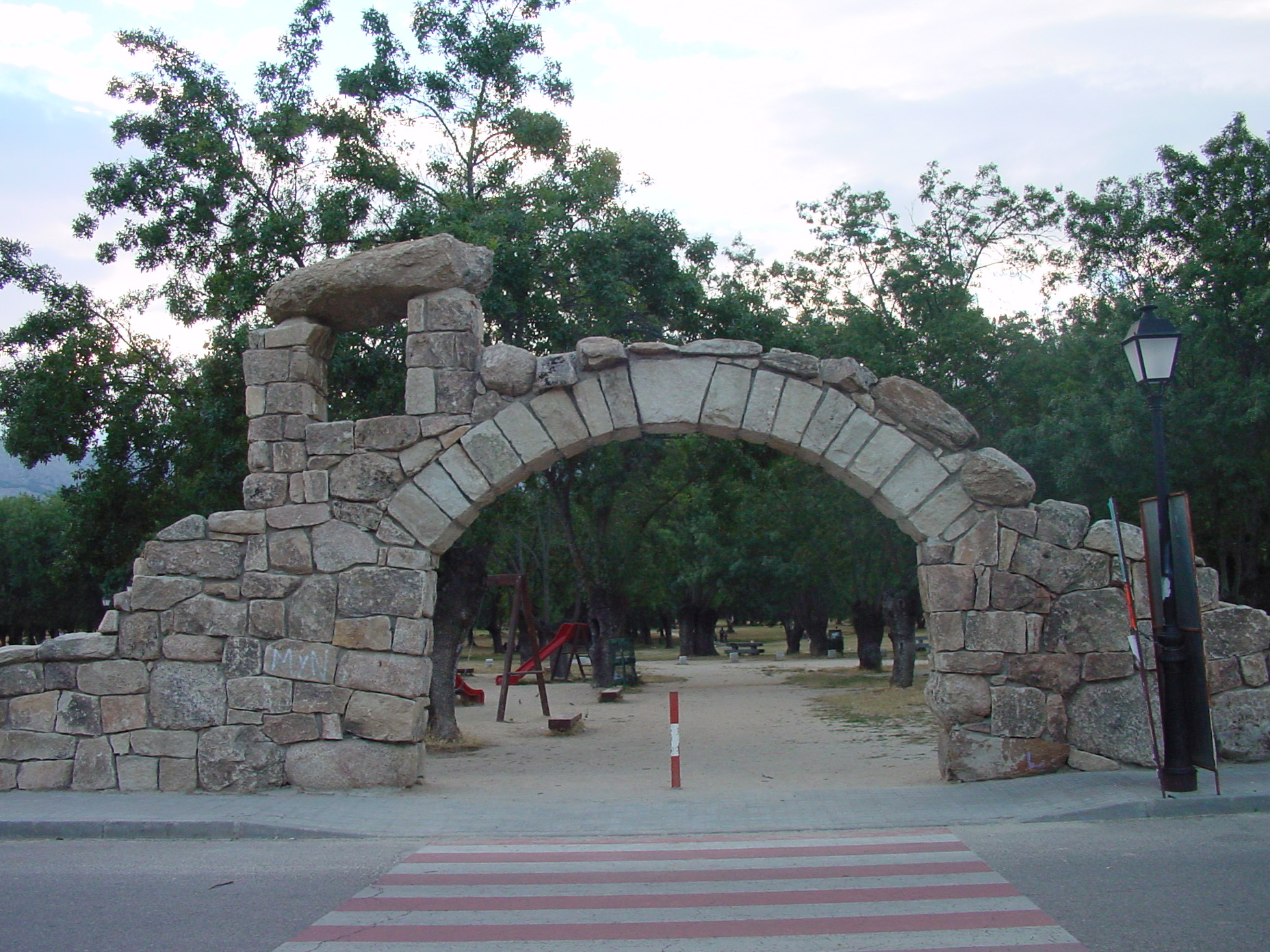 Arco de piedra y parque en Soto del Real