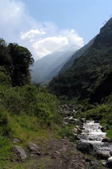 Volcán Tunguragua y Río Bascún en Baños, Ecuador
