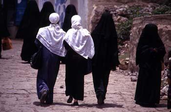 Grupo de mujeres paseando por Jibla, Yemen