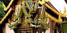 Fachada de templo en Chiang Mai, Tailandia