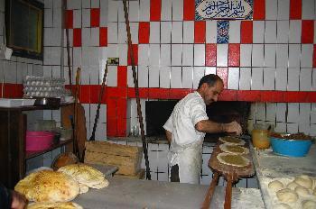 Hombre haciendo pitas, Estambul, Turquía