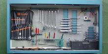 Armario de pared con herramientas manuales
