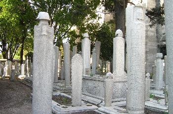 Tumbas con lápidas en el jardín de Suleymaniye Camii, Estambul,