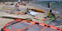 Windsurfistas en la playa