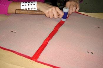 operación de abrir costura con martillo