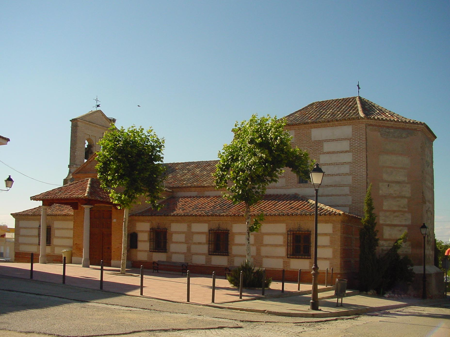 Lateral iglesia de Casarruebuelos
