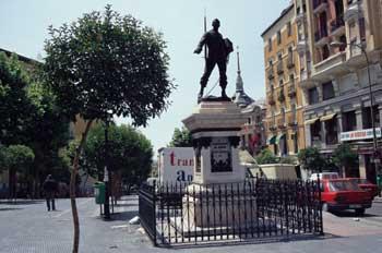 Estatua de eloy gonzalo en plaza de cascorro el rastro - Cascorro madrid rastro ...