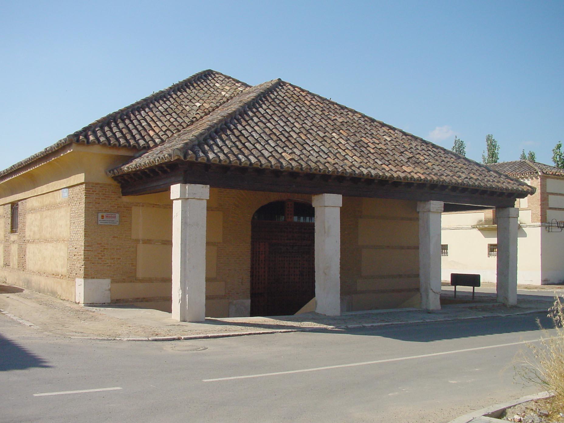 Detalle de puerta y pórtico con columnas en Aranjuez