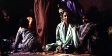 Grupo familiar descansando en las calles de Agra, Agra, India
