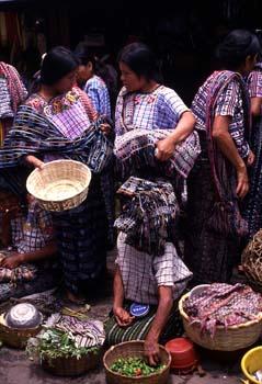 Grupo de mujeres en el mercado de Santiago Atitlán, Guatemala