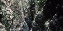 Lecho seco de un río entre rocas
