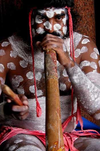 Aborigen tocando el didgeridú, Australia