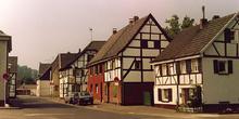 Calle típica de Rheindorf, Leverkusen, Alemania