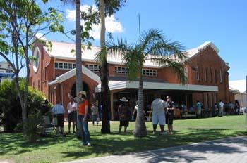 Gente en el exterior de una iglesia, Australia
