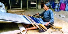 Mujer trabajando en telar artesanal, Sulawesi, Indonesia
