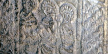 Detalle inferior de la jamba de la Iglesia de San Miguel de Lill