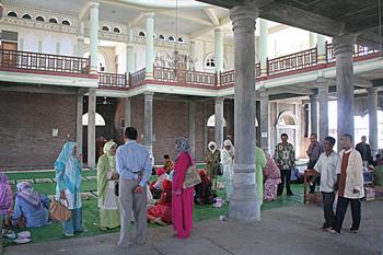 Reunión en mezquita de la zona cero, Banda Ache, Sumatra, Indone