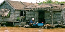 Casa flotante en el lago Tonlé Sap, zona Siem Reap, Camboya