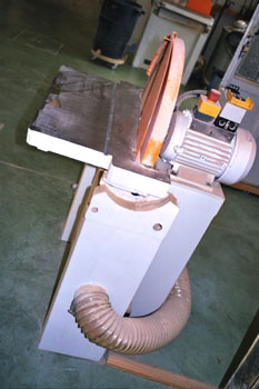 Vista lateral de una lijadora de disco