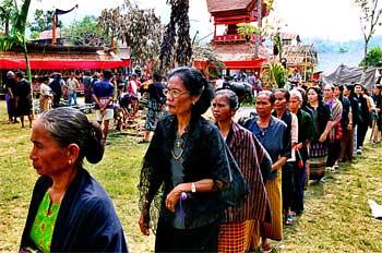 Familia de segundo orden. Procesión de mujeres, Sulawesi, Indone