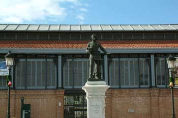 Estatua de Alfonso XII en la puerta del Mercado de Abastos de Ar