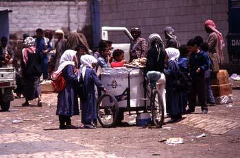 Niños comprando helados a un vendedor ambulante, Yemen