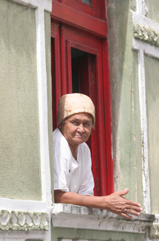 Anciana en una ventana, Olinda, Pernambuco, Brasil