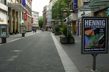 Calle de Dusseldorf con panel de publicidad, Alemania