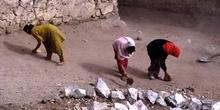 Trabajadoras barriendo en el Palacio de Leh, Ladakh, India