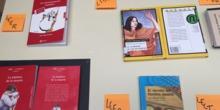 Exposición de libros en el edificio de la ESO