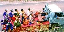 Camión con músicos y actores mono. Luang Prabang, Laos