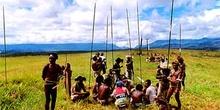 Guerreros armados con lanzas, Irian Jaya, Indonesia