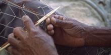 Pescador tejiendo red de pesca, Paraty, Rio de Janeiro, Brasil