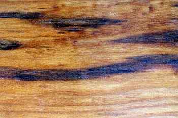 Madera con vetas oscuras