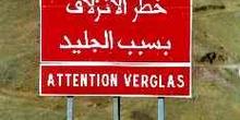 Señal de tráfico en árabe y francés avisando de hielo