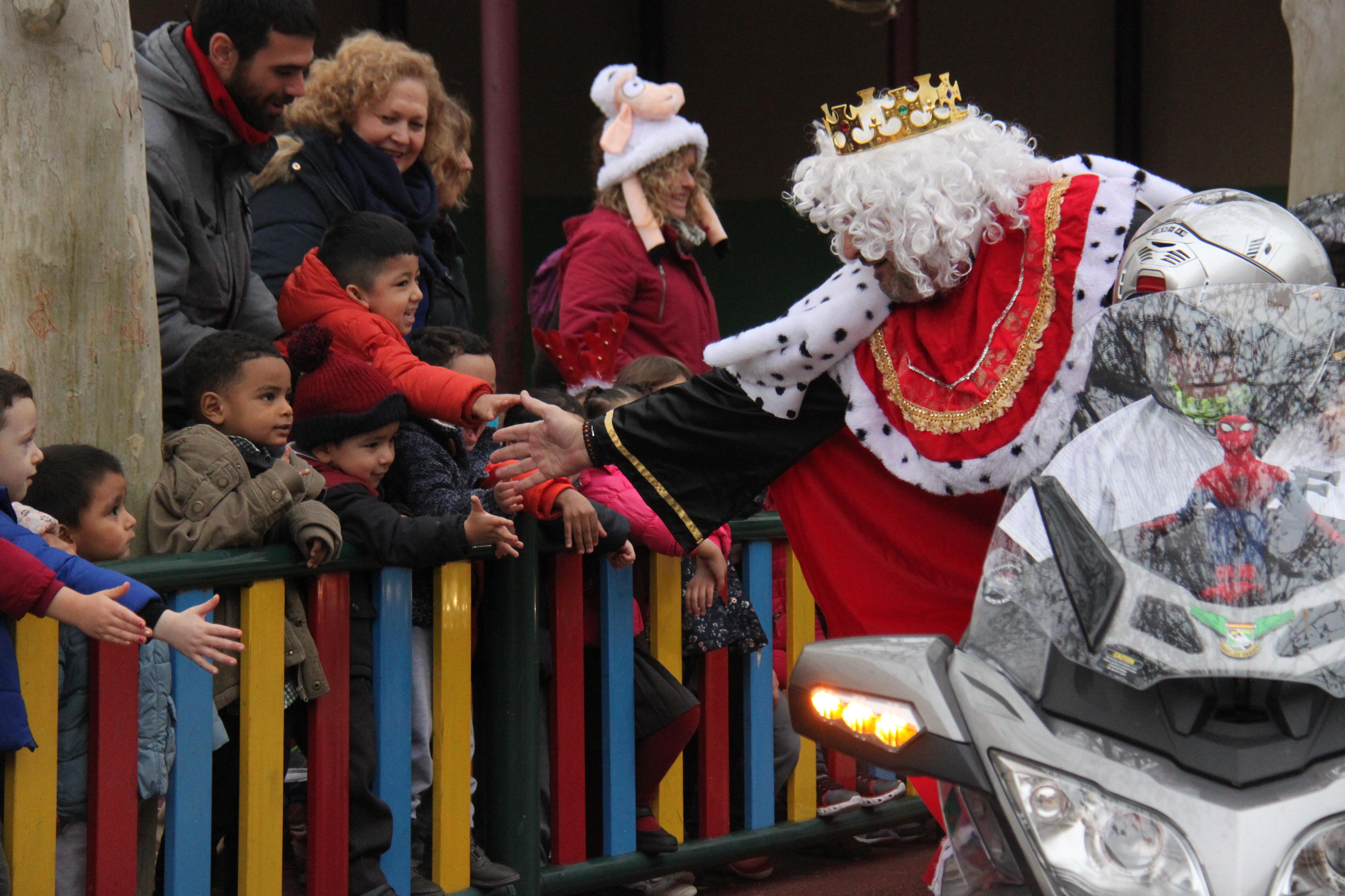 Visita de sus Majestades los Reyes Magos al colegio Luis Bello en moto 2018 13