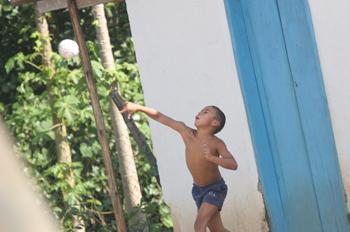 Chicos de Quilombo jugando al balón, Sao Paulo, Brasil